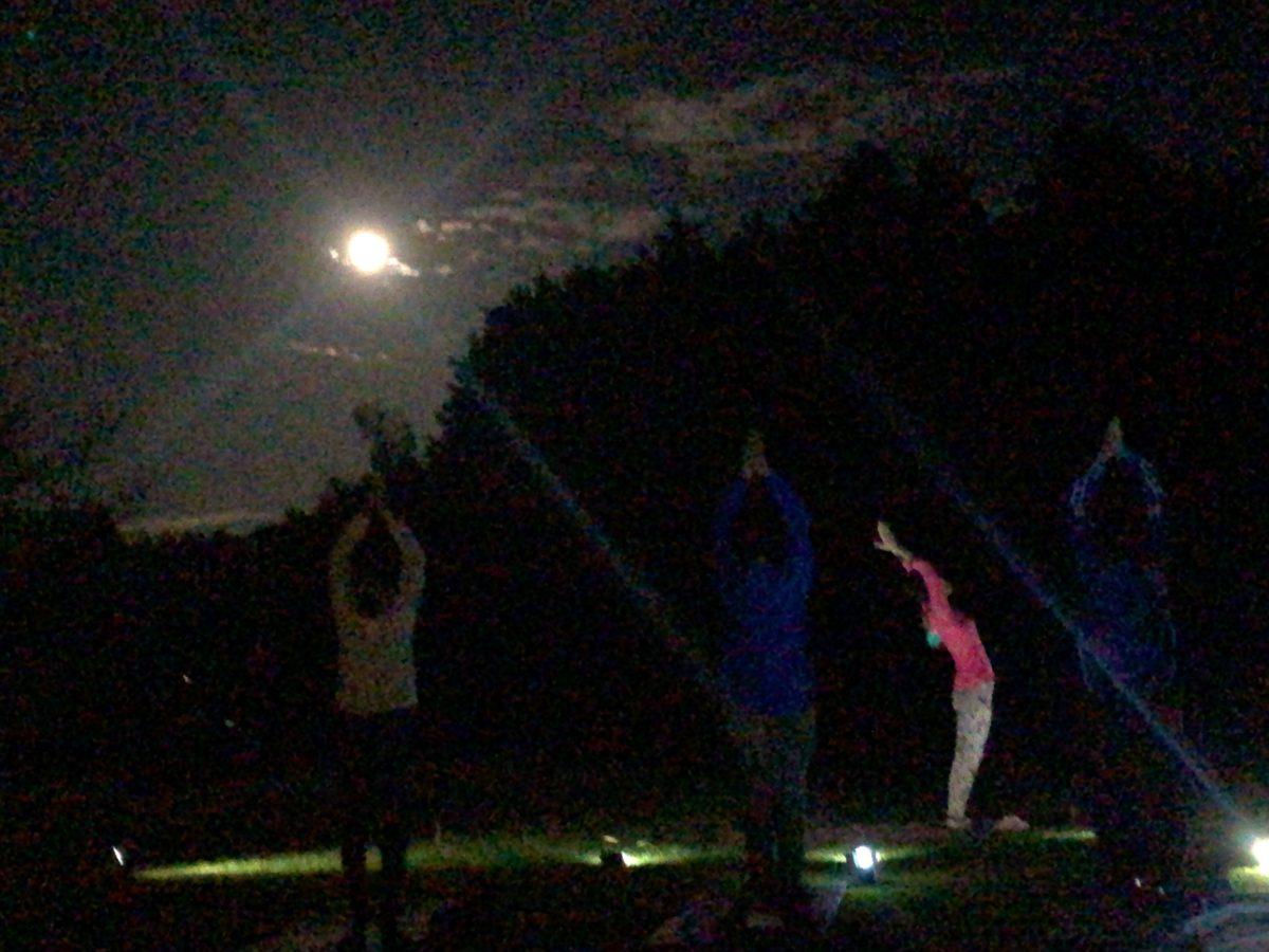 夕暮れのアーシングヨガx音瞑想の様子